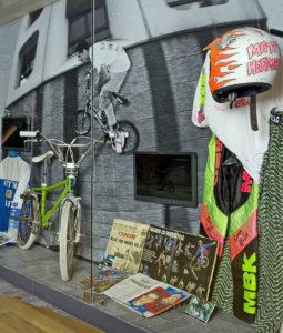 Un protoype MBK des Mad Dogs et la fameuse tenue fluo. Photo O. Weidemann - Béton Hurlant 2012 - Musée du Sport de Paris